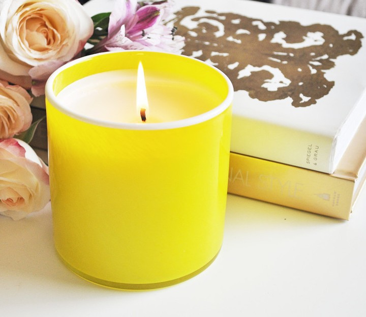 White Grapefruit: Zesty grapefruit leads pineapple and orange peel, after which creamy gardenia, green fern and earthy apple wood provide a sophisticated foundation.