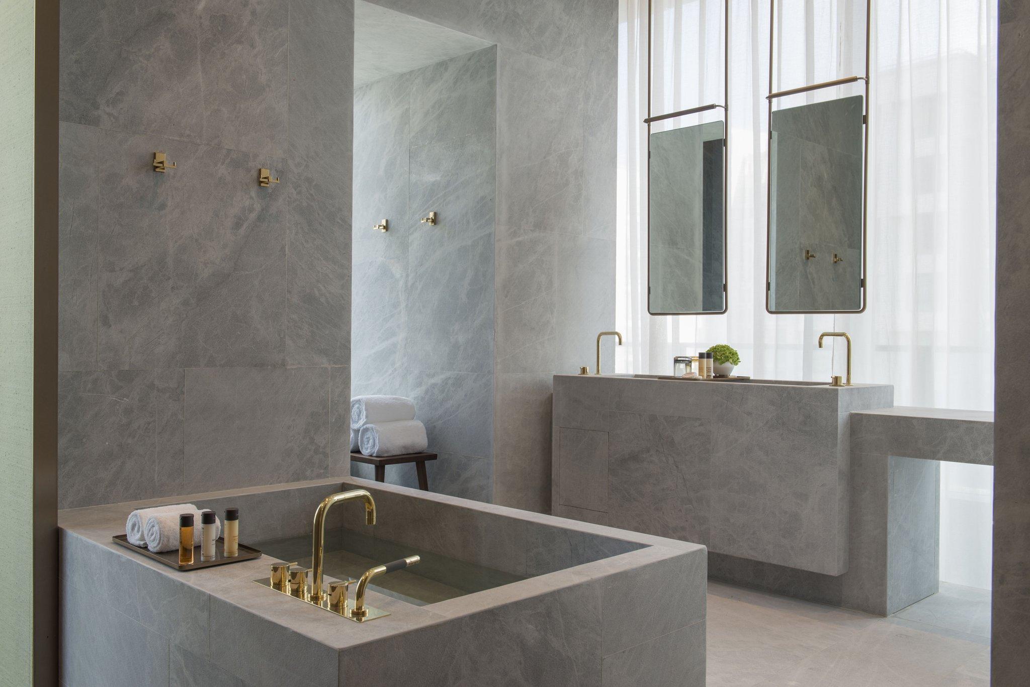Premier_Suite_Bath_area_S.jpg