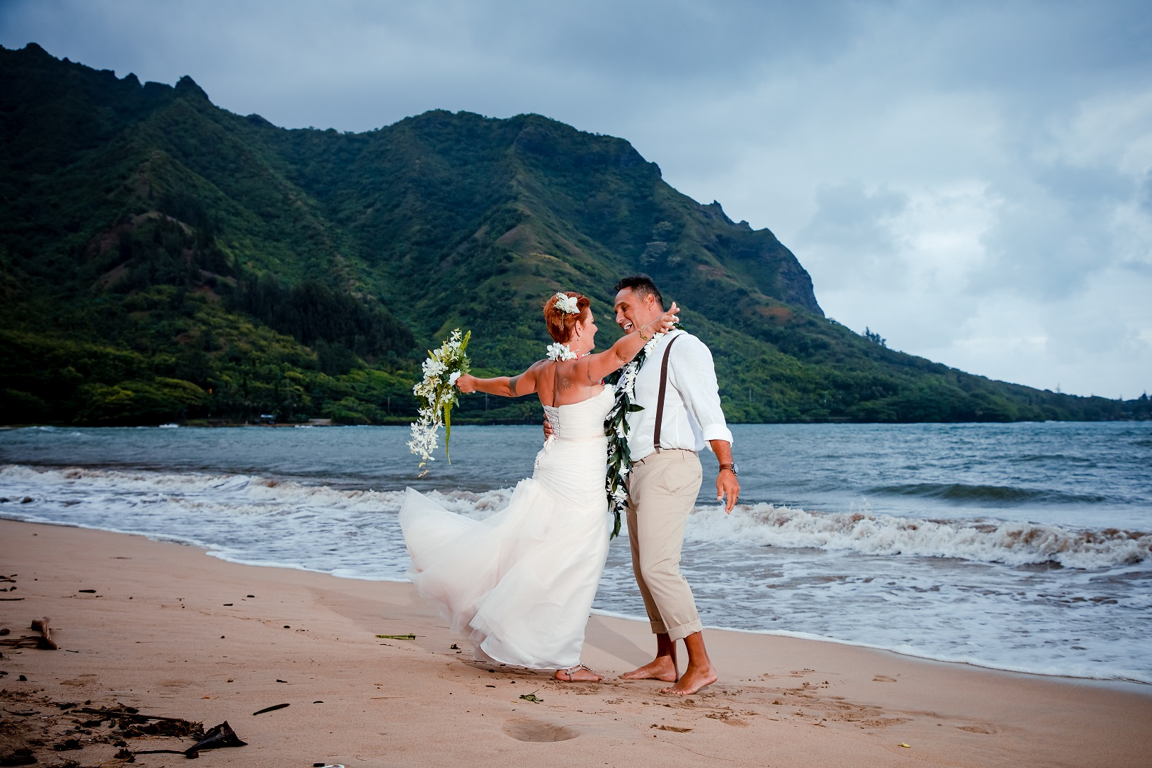 bride groom first dance Hawaii beach sunset ocean