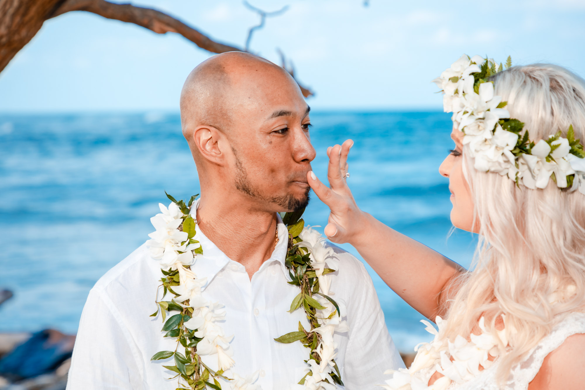 hawaii bride and groom wedding ceremony
