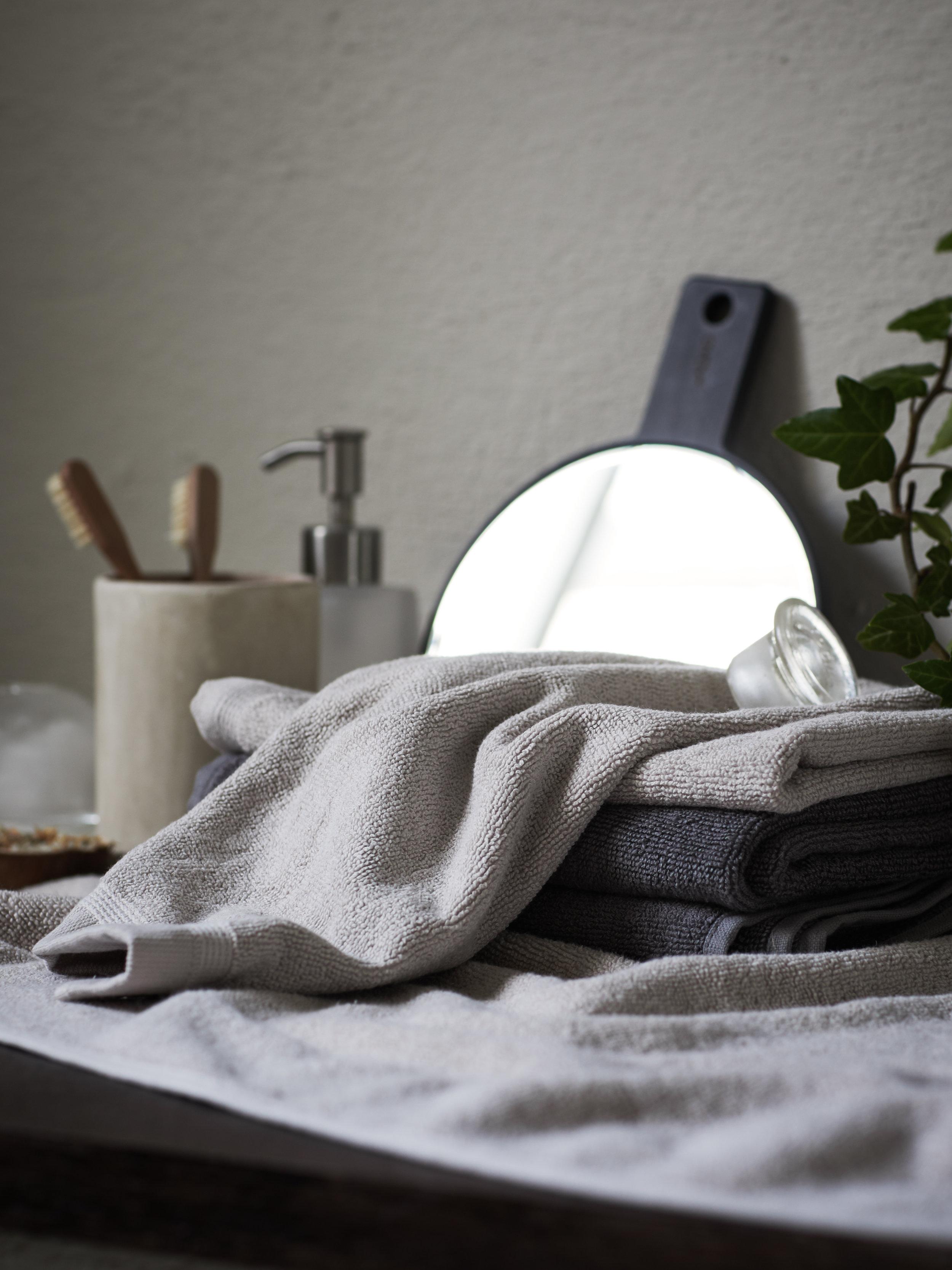 Himla_SignedbyDaniellaWitte_bath_lina-towel-motherofpearl-steel_S.jpg
