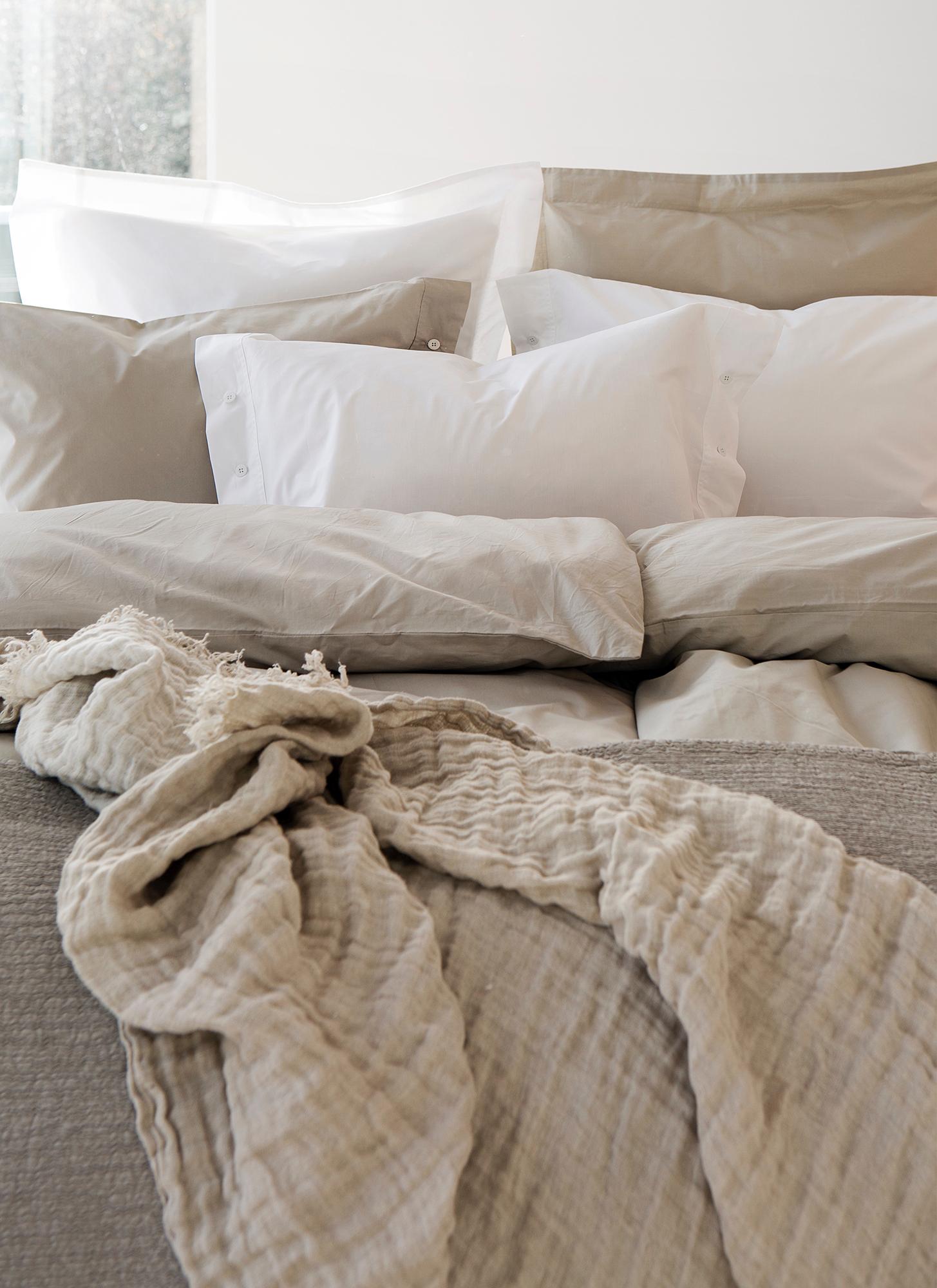 himla_bed_drottningholm-bedlinen-aluminium_cornelia-bedspread-opal_hannelin-throw-naturalwhite_S_2.jpg
