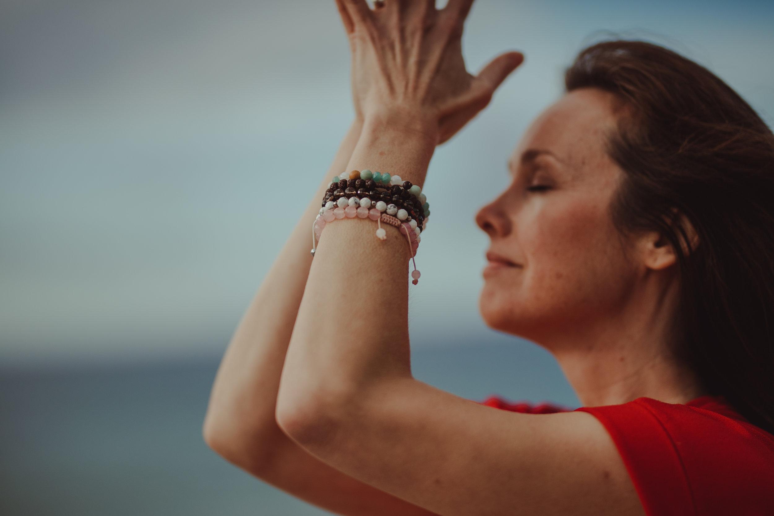 Er du yogalærer? - Da har jeg egen opplæring for deg om hvordan bruke oljene i yogaklassene dine. På denne måten kan du ta med deg oljene ut i klassene dine, skape oljemagi i klassene og få et ekstra økonomisk bein å stå på (yoga og oljer er et utrolig god kombinasjon).