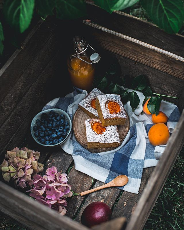 A box full of good things for a sweet picnic in the cool shade of a beautiful tree during these summer days 🌳 Still craving those apricot squares..who else loves stone fruits?