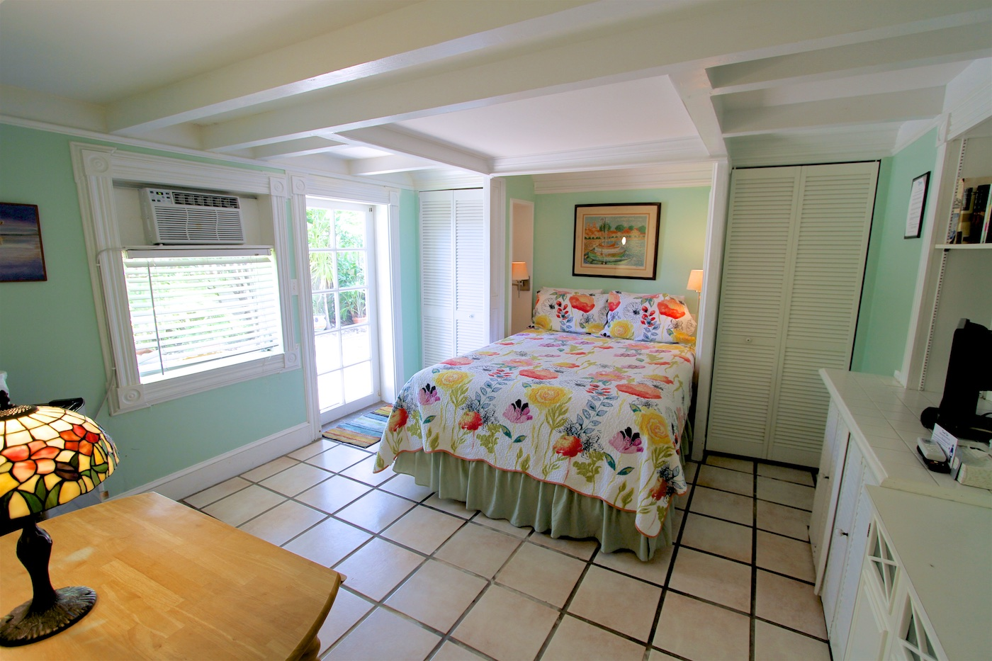 ARTIST - ⇨ Sleeps 2Queen bed with private bathroom. Indoor seating. Enjoy the afternoon sun, the room opens onto outdoor seating.Ground Floor