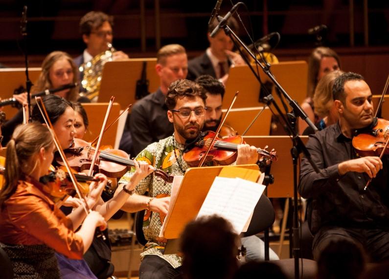 Bridges - Musik Verbindet - Bridges – Musik verbindet ist eine interkulturelle Musikinitiative aus Frankfurt am Main. Wir bringen geflüchtete und beheimatete Profimusiker*innen zusammen. Dadurch werden aus Fremden Freund*innen. Wir engagieren uns für einen musikalischen Dialog, der geprägt ist durch die unterschiedlichen kulturellen Hintergründe der Musiker*innen.