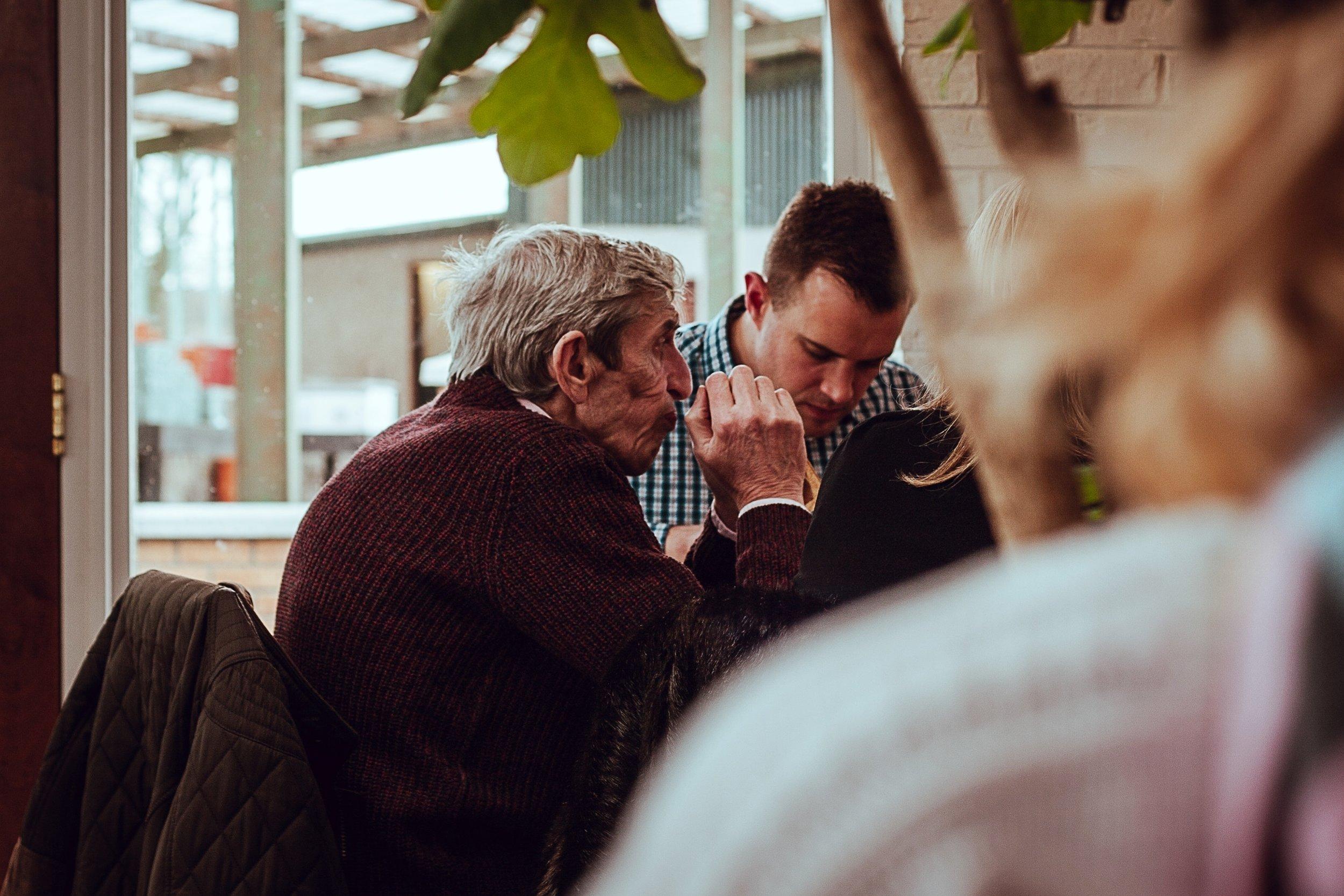 Granny´s Coffee - Mitten in unseren Städten befinden sich Altenheime, die für viele Senioren ihr Zuhause geworden sind. Ein Höhepunkt in ihrem Monatskalender ist der Kaffee- & Kuchennachmittag mit Kirche in Aktion. Ein Team aus ehrenamtlichen Helfern backt mind. 10 Kuchen und schmückt und dekoriert inmitten des Altenheims Stühle und Tische für die Senioren. Wichtige Programmpunkte sind das persönliche Geburtstagsständchen für die Geburtstagskinder, musikalische Beiträge und das Thema des Monats.