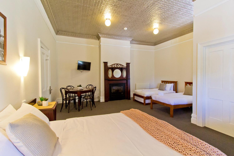 Cheap accommodation near launceston  | Deloraine Hotel