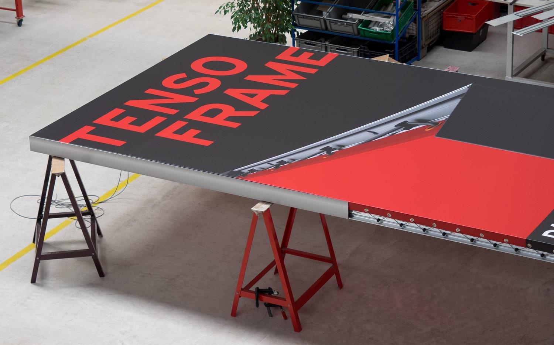 Nie wieder Banner-Sonderkonfektion - Das Werbebanner des TENSO FRAME kann normal geöst werden – Das verringert die Kosten im Vergleich zu Bannerrahmen der Konkurrenz.