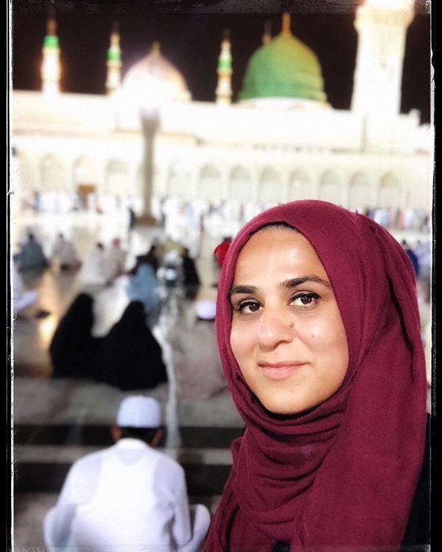 Throw back Thursday #tbt  My ❤️ will forever be in #Madinah Photo two: Themodernreligion.com . Self-portrait: @sadafsyedart #sadafsyed . . #cityoflight #cityoftheprophetﷺ #rasulullahﷺ  #pracebeuoonhim #umrah #hajj #pilgrimage #selfportrait #photo #instaphoto #selfie #femalephotographer #streetphotography #art #faith #portrait #greendome #masjidnabawi #rawdah #author #icover #prophetmuhammadﷺ #peacebeuponhim #drcraigconsidine #salawat #durood