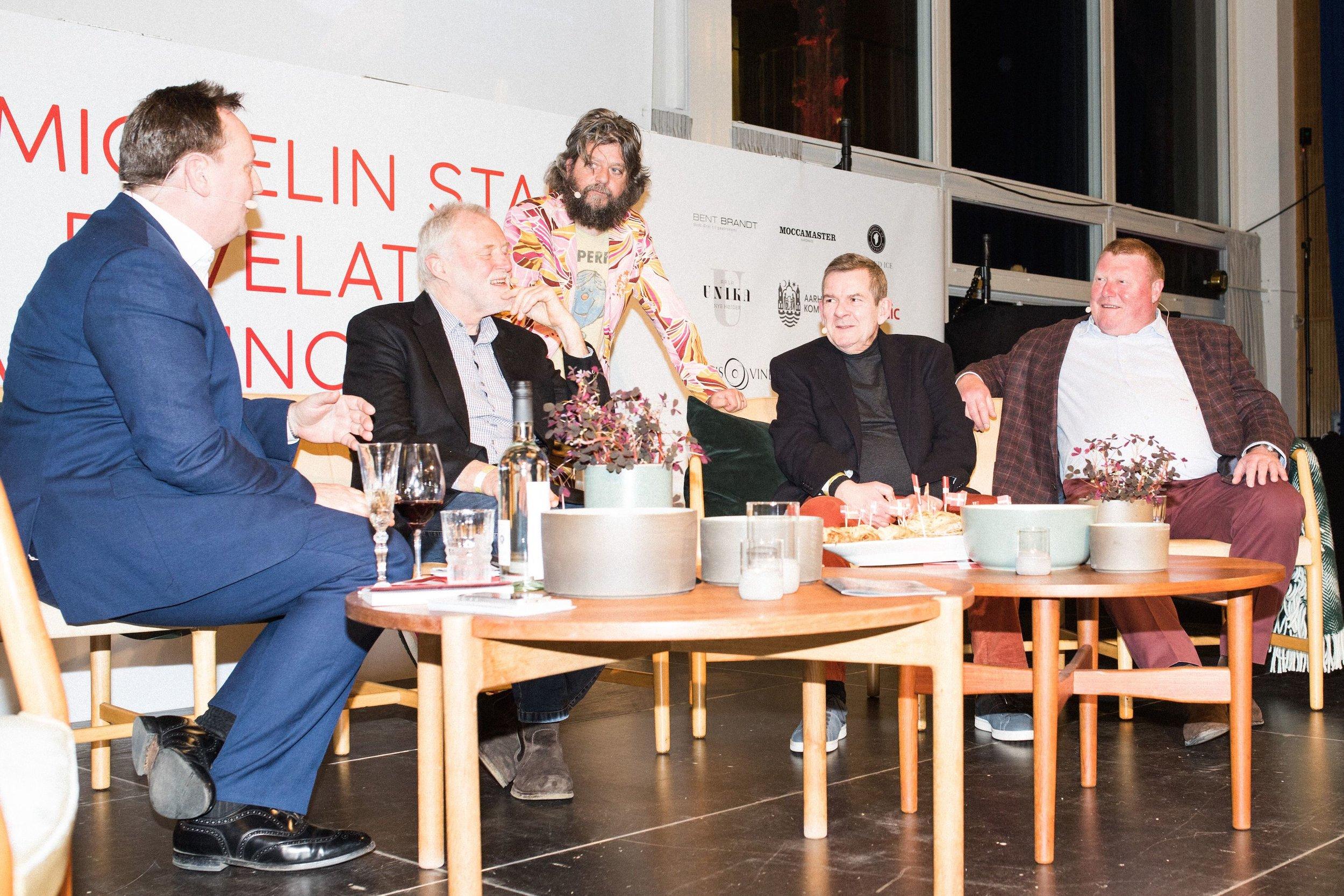 Aftenens værter Ole Troelsø og Anders Lund Madsen interviewede nogle af Danmarks mest kendte kokke — her Erwin Lauterbach, Søren Gericke og Claus Christensen.