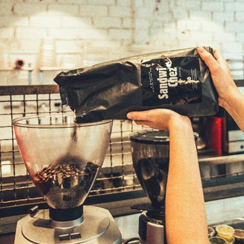 Detall 7 - El cafè és natural i el 100% de la varietat aràbiga (la de més qualitat, a diferència de la varietat robusta). El nostre torrador de cafè ens fa un  blend  especial per SandwiChez, amb varietats de Brasil, Colòmbia i Etiòpia, ens encanta el cafè que servim!