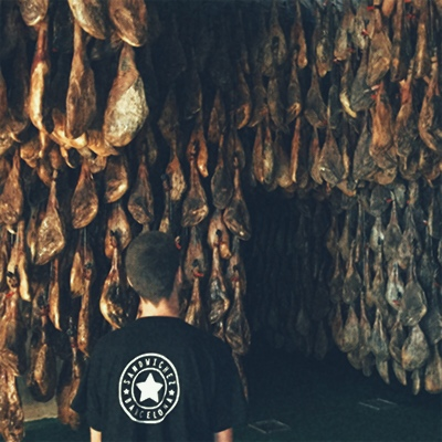 Detail 10 -Selecting a good Iberian ham is not easy, each one of them is different (dryness, more or less fat…). We have chosen a ham expert who carefully selects every product and gives us the best quality guarantee.