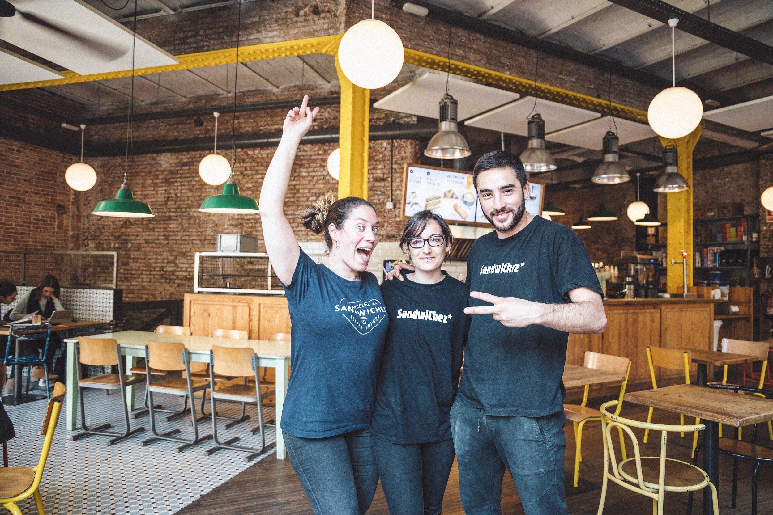 QUALITAT DE SERVEI - Hem intentat crear un equip amb gent d'esperit jove i un clima on ens sentim orgullosos de treballar.Ens encanta fer la feina ben feta i sentir-nos part d'un projecte que val la pena. Si no estàs satisfet amb el servei rebut, agrairem que ens ho fagis saber a sandwichez@sandwichez.es