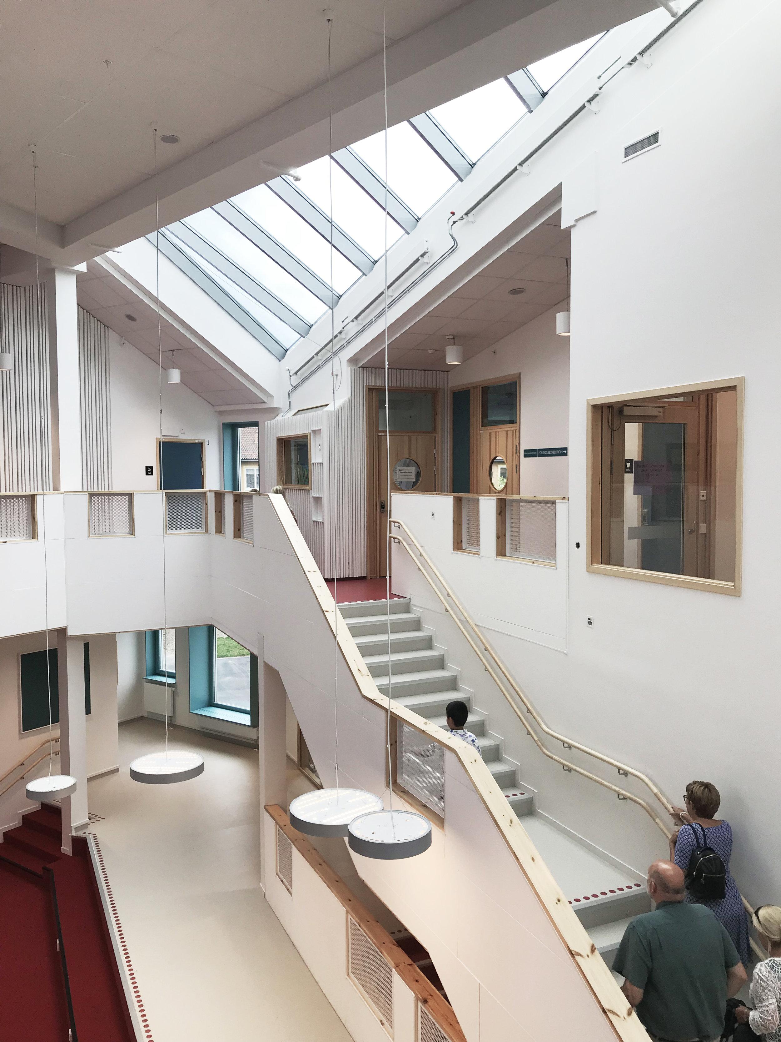 Det centrala rummet är öppet i två plan och får överljus från högt sittande takfönster.