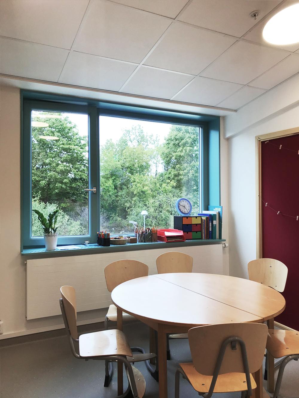 Fönster med extra djupa nischer som kan användas för förvaring…