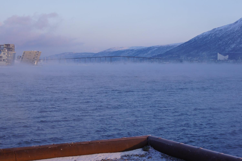 Tåke i Tromsø. Når tåken er tykk, må flyplassen stenge. Foto: Eirik Samuelsen.