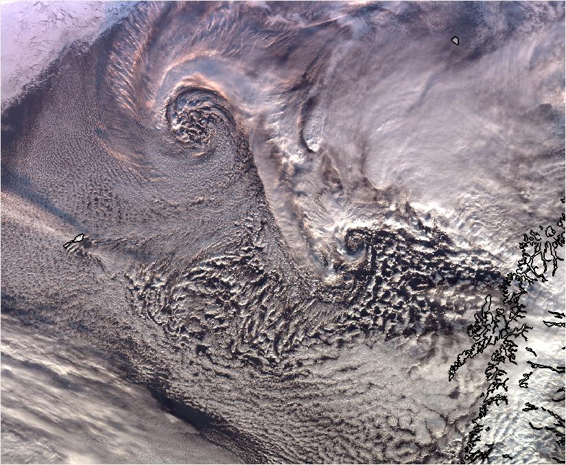 De hvite skyvirvlene i dette satellittbildet er polare lavtrykk. Bilde: Meteorologisk institutt.