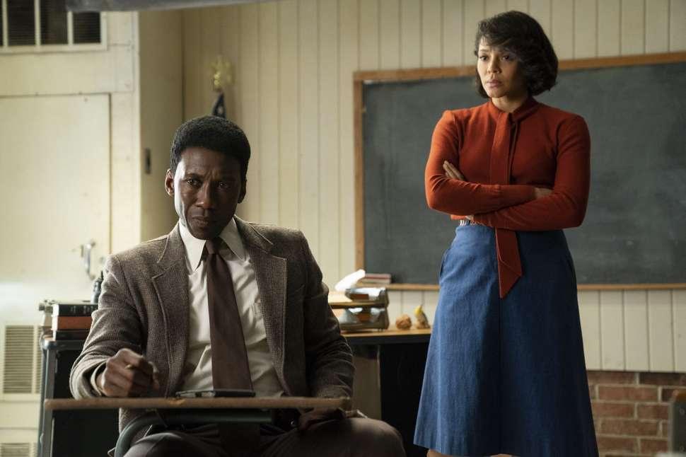 Detektiven spilt Mahershala Ali får hjelp av skolelæreren spilt av Carmen Ejogo til å løse et makabert mysterium. Foto: HBO.