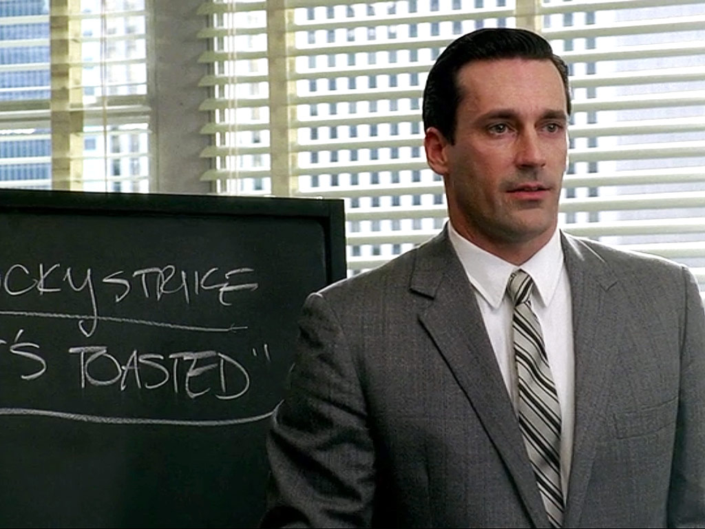 """""""It´s toasted"""" blir Lucky Strikes slagord etter en overbærende diskusjon i seriens første sesong. Foto: AMC."""