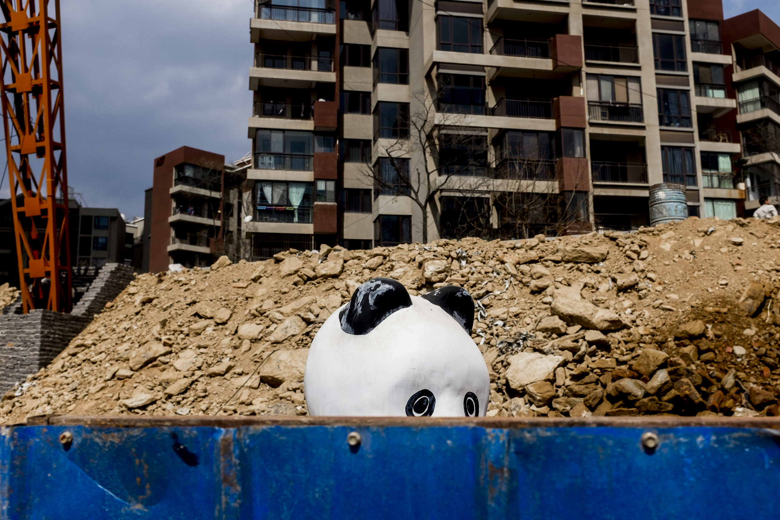 China loves to build. Since 1992, China has spent 9.5 percent of its revenues on infrastructure. To accommodate all the migrants, it is often built on the outskirts of the cities. In order to attract property buyers, it´s sometimes built amusement parks, such as here in Kunming. In China, there are about 67 Panda reserves, which protect 66% of the wild pandas.
