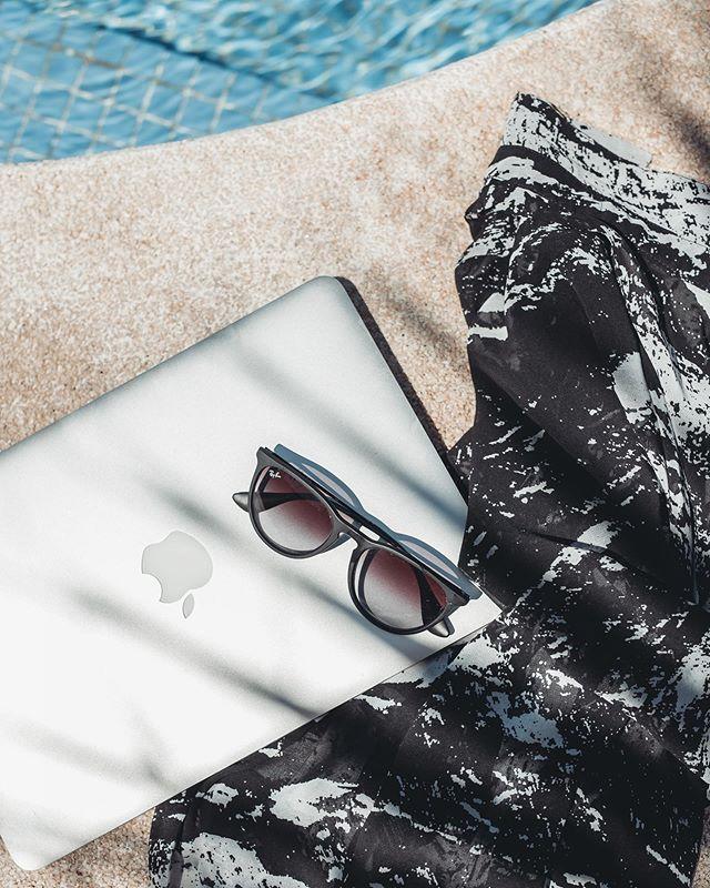 Poolside office 💦 Edes loma ei vie ajatuksia pois meidän uudesta kodista ja tulevasta remontista. Täällä mä mietin millaset keittiönakaapit valittais meijän tulevaan keittiöön tai mitä keksisin keittiön välitilaan 💭 . . . #benalmadena #spain #holiday #office #outofoffice #poolside #vacation #inspiration #creativity #shadow #planning #kesäkuuninstabloggaajarekry #summer #apple