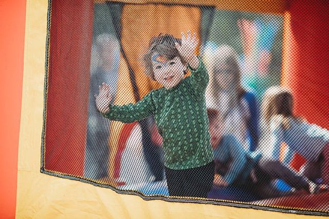 Waving hello from the bouncy castle 👋🏻 #RoarFestival #campooch #campoochigeas #toronto #hendersonbrewing #torontoevents #toronto_insta