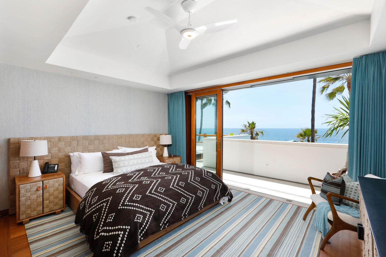 13-Beach-Style-Contemporary-Bedroom-Retractable-Doors-Patio-Corbin-Reeves.jpg