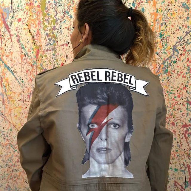 Temos jaqueta parka com costas removível com estampa do Bowie ou lisa, feita pela @ceuhandmade 💕 totalmente agender!  #upcycling #modaconsciente #modasustentavel #pinheiros #jaquetaparka #agender #semgenero
