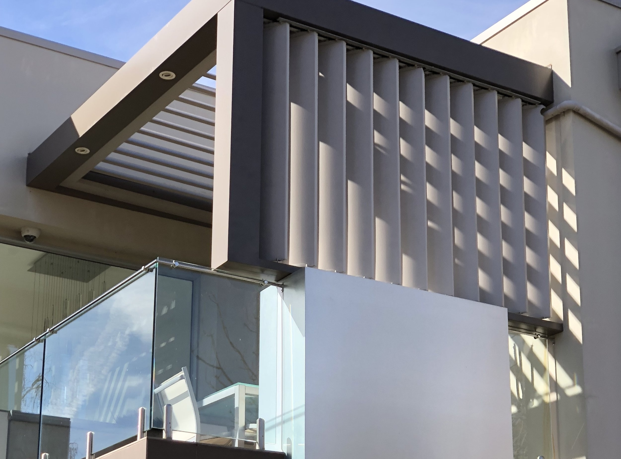 Screens - A vertical Vergola® or screen can be the perfect solution to provide privacy to your outdoor area as well as being the perfect complement to your Vergola® roof