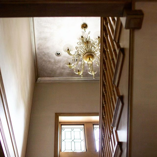 A silver leafed ceiling above a staircase is like ascending up to a sparkling cloud that greets you with shimmer as you head off to a dream-filled sleep. • • • • #designdetails #interiordesign #designinspo #designcrush #interiors #interiorinspo #ctdesigner #nydesigner #ctliving #cthomes #housedwell #housebeautiful #finishes #howihaven #cmonhomes #silverlead #gilding #ceiling #staircase #gorgeoushomes #silver #leafing #dreamy #clouds #metallic