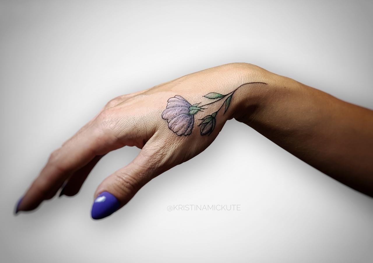 миниатюрная татуировка цветок на руке,мастер Кристина Мицкуте.jpg