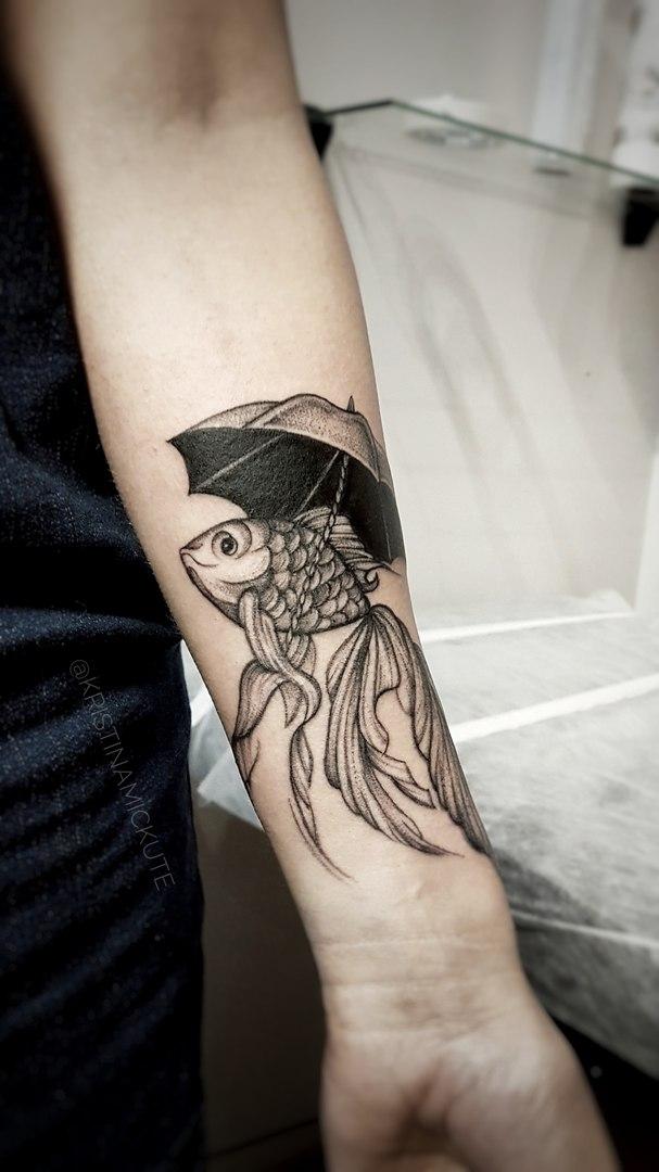 Морская рыбка с зонтиком, графичная татуировка,мастер Кристина Мицкуте.jpg