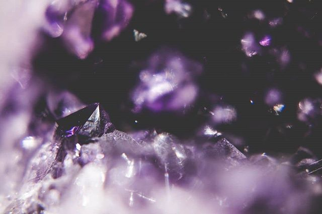 Anyone else obsessed with the 'crystal' aesthetic? Amethyst is meant to purify the mind of negative thoughts like stress and anxiety. Living in busy stressful London, I think we could all do with less of those feelings. ✨💜