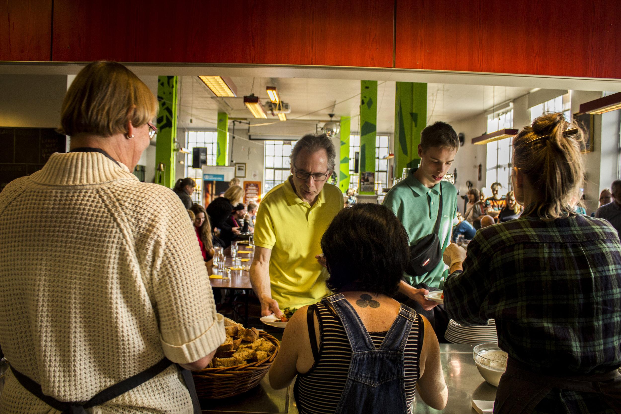 FROKOST OG FOLKEKØKKEN - På INSP samles vi om maden - både til frokost tir-fre kl. 12.00 og til forskellige folkekøkkener. Alt er 100% økologisk.