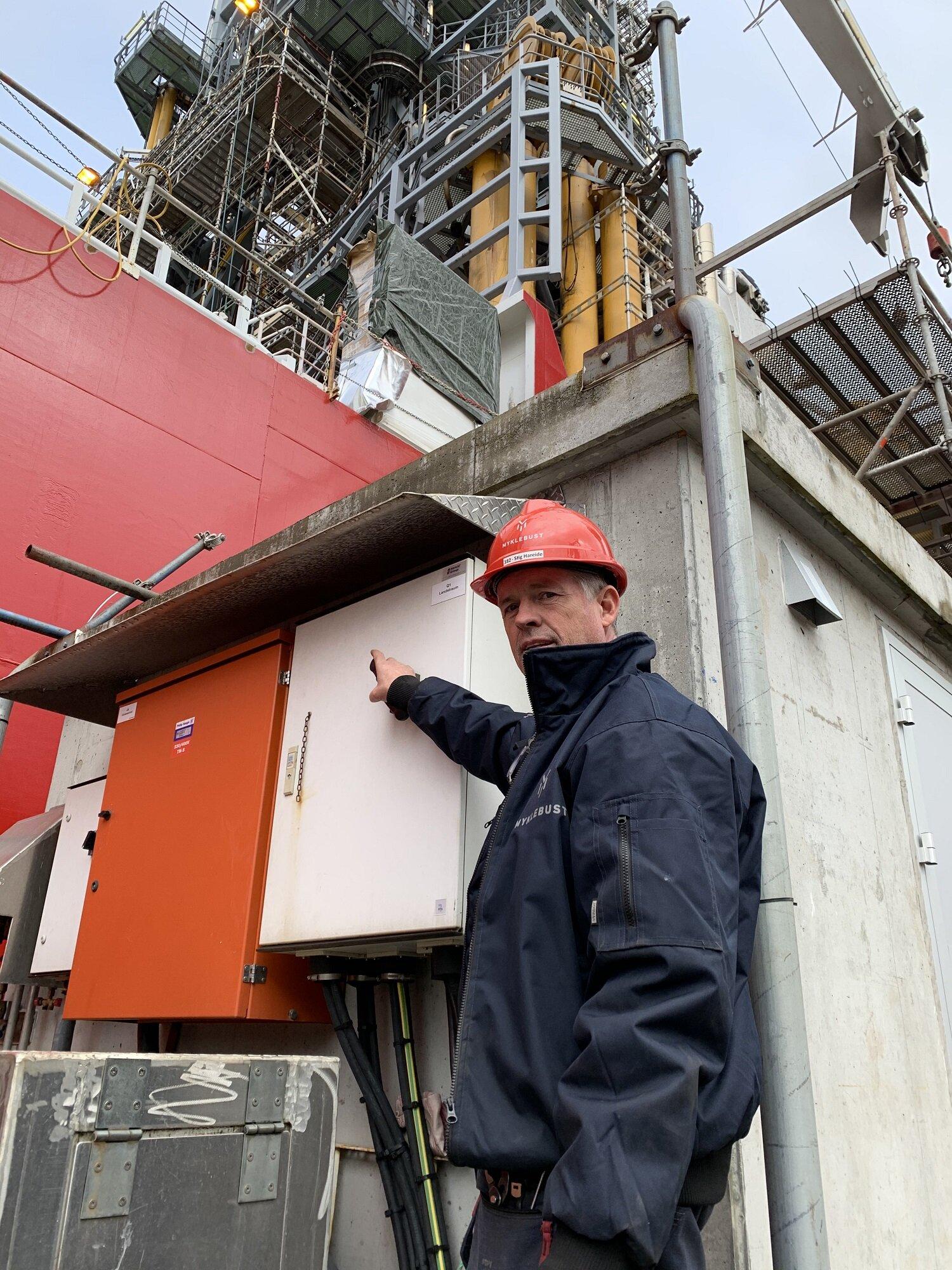 Bedriftselektrikar Stig Hareide er den som koblar fartøya til landstraum ved Myklebust Verft.