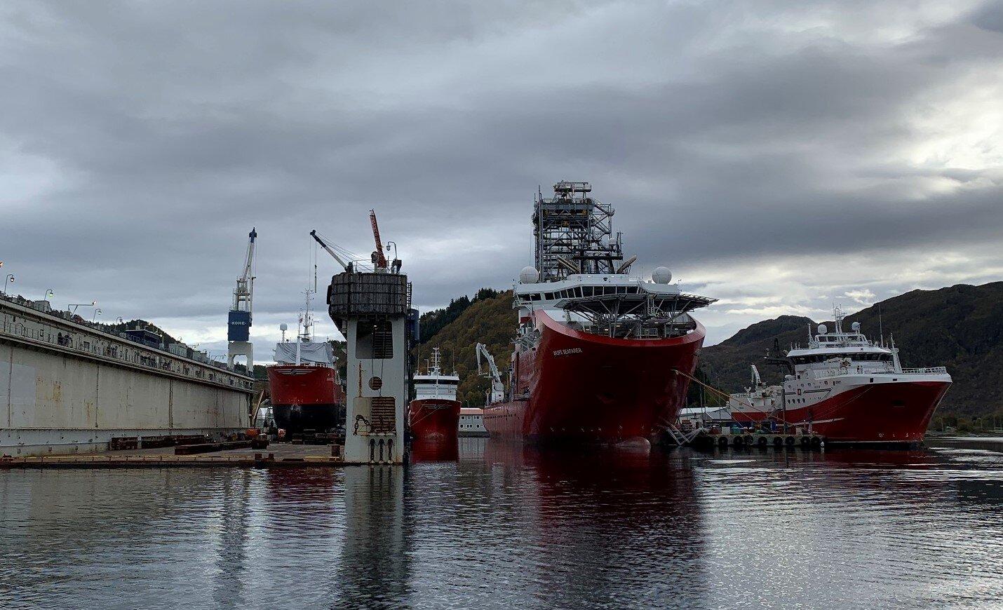 Alle fire prosjektasom ligg ved verftet i skrivande stund er tilkobla landstraum. Frå venstre: Sanco Sea, Sanco Sky, AKOFS Seafarer og Remøy.