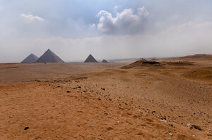 dreamstime_xs_15581702 © Brian Maudsley pyramids 15 Sept.jpg