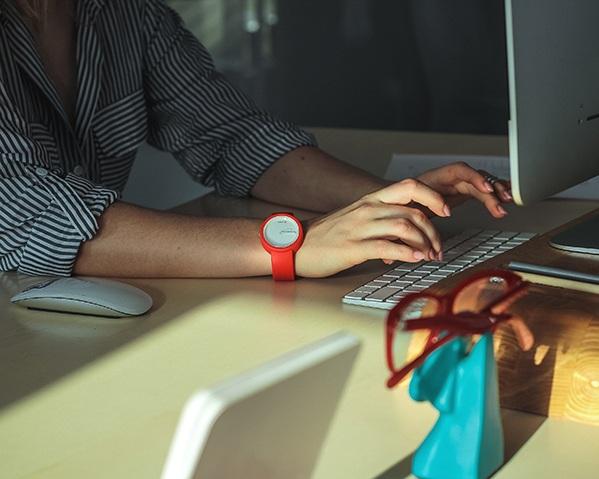 computer-desk-hands-2089373%401%2C5x.jpg