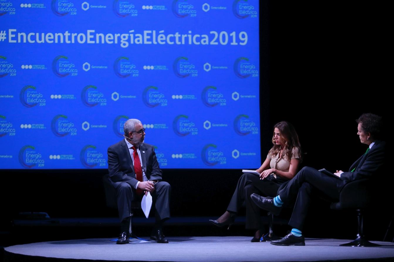 Panel de conversación entre la periodista Carolina Escobar, Rodrigo Castillo M. de Empresas Eléctricas AG y Claudio Seebach de Generadoras de Chile.