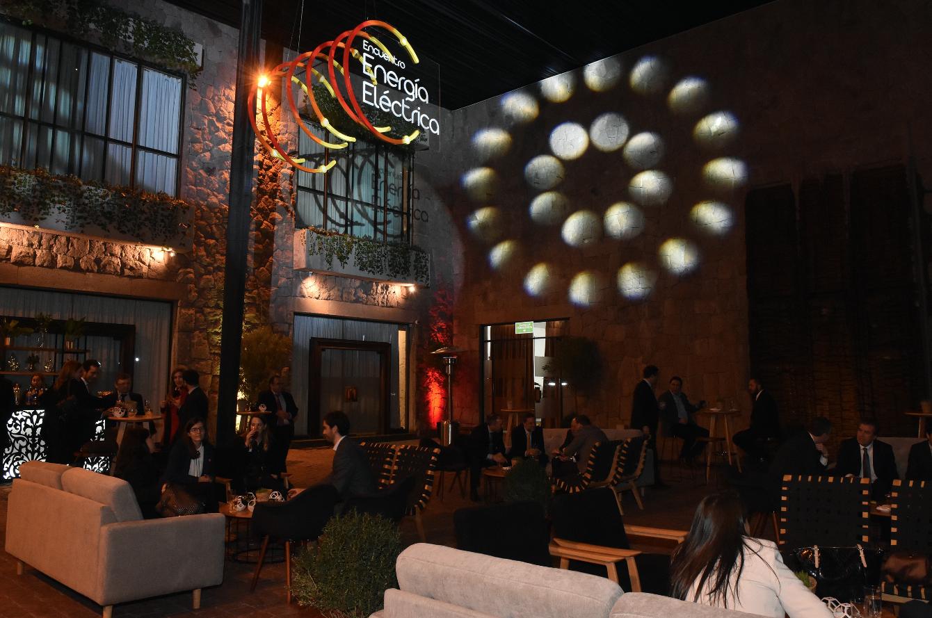 Instalación de logotipo volumétrico sobre bar en Patio de las Esculturas, CasaPiedra.