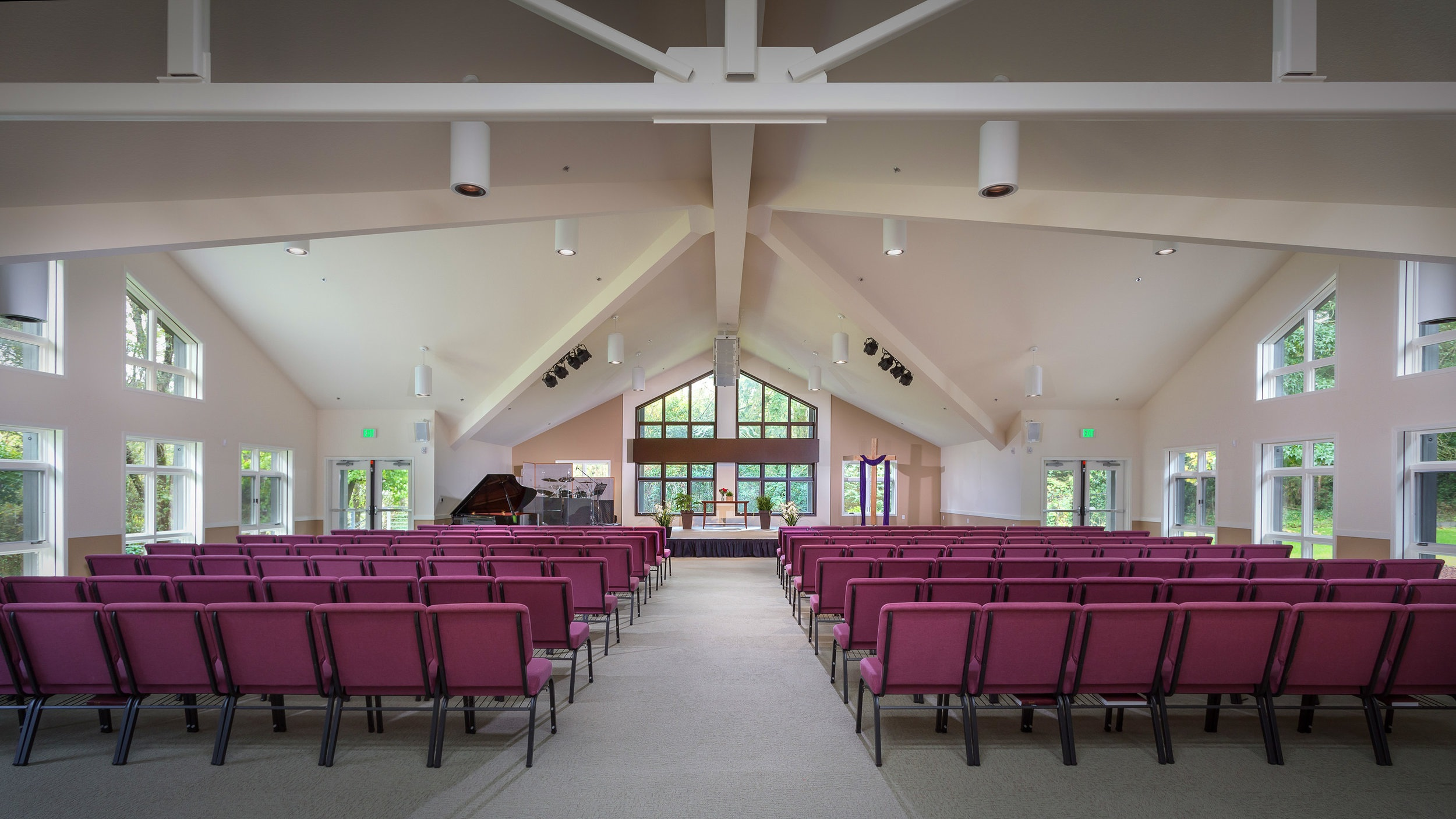 Our worship center is full of natural light, clean and elegant lines, with a view of trees and green space.