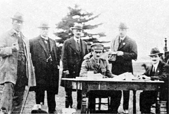 Sgt Foster MHA (seated in cap) and the Committee, 22/6/1918.  [Weekly Courier 27th June 1918 p23]