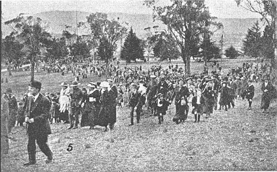 Crowd assembling.  [Tasmanian Mail 8th August 1918 p17]
