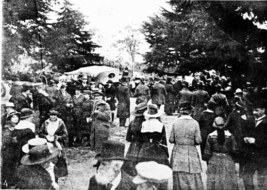 Crowd and official cars on Davies Avenue.  [Weekly Courier 8th August 1918 p22]