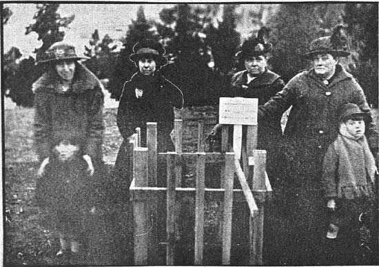 Unknown group of mourners at tree.  [Tasmanian Mail 8th August 1918 p18]