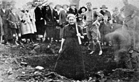 Granny shows them how! (Tasmanian Mail 27/6/1918).