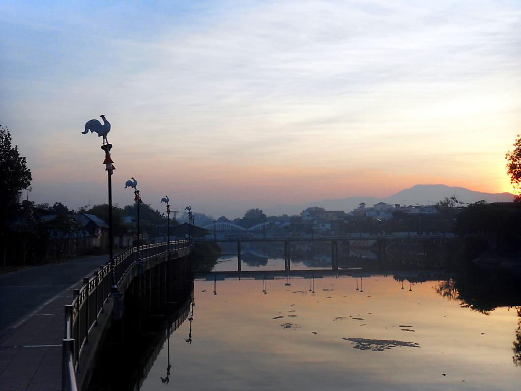 Sonnenaufgang_am_Fluß_in_Lampang_(Thailand).jpg