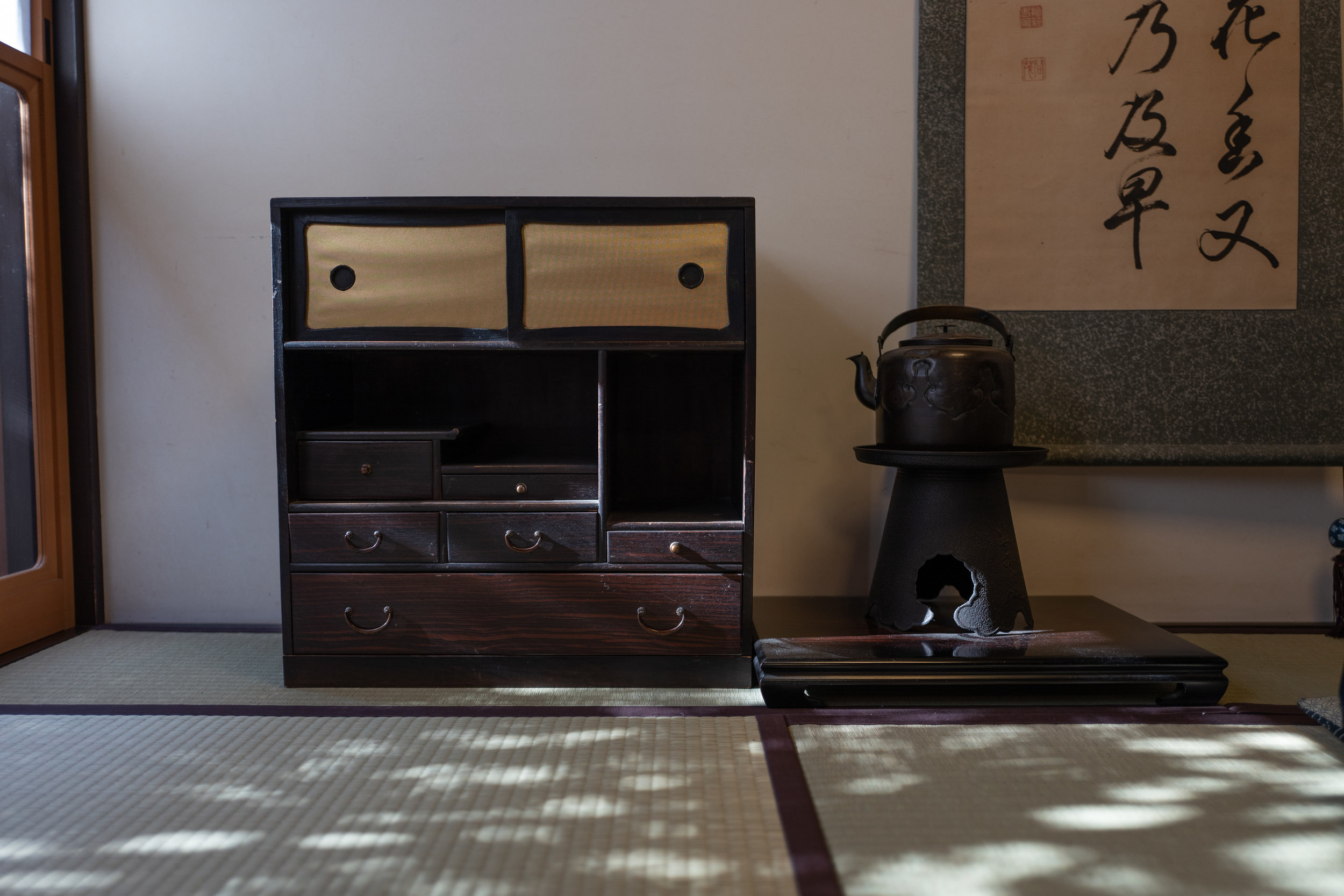 Tea chest and tea kettle at Ichiwa