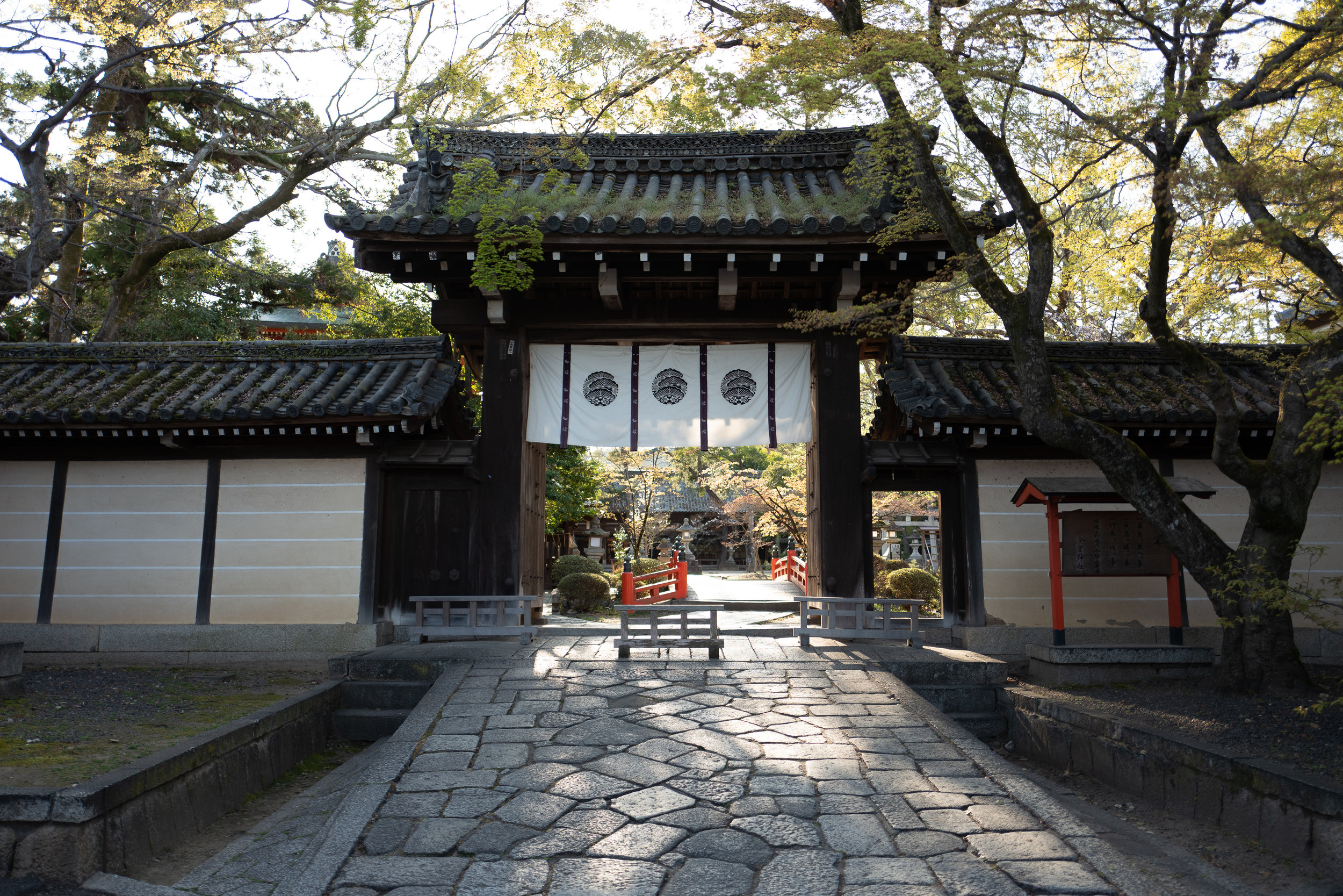 The eastern gate of the Imamiya Shrine, as seen from the direction of the two mochi shops.